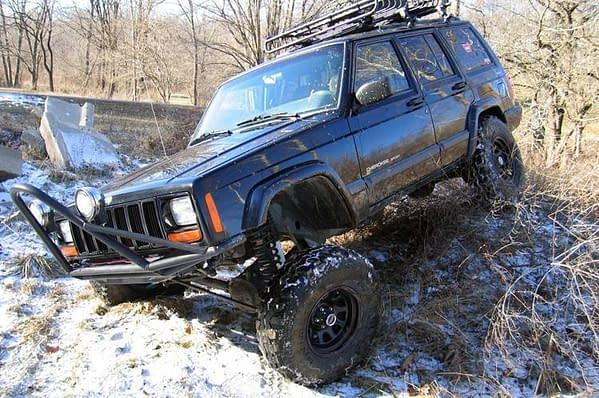 Jeep Cherokee XJ dengan suspensi Rough Country di Indonesia